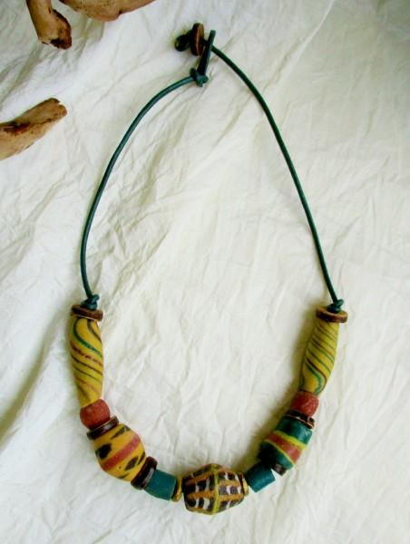 Afrika | Lederkette mit gebrannten beads