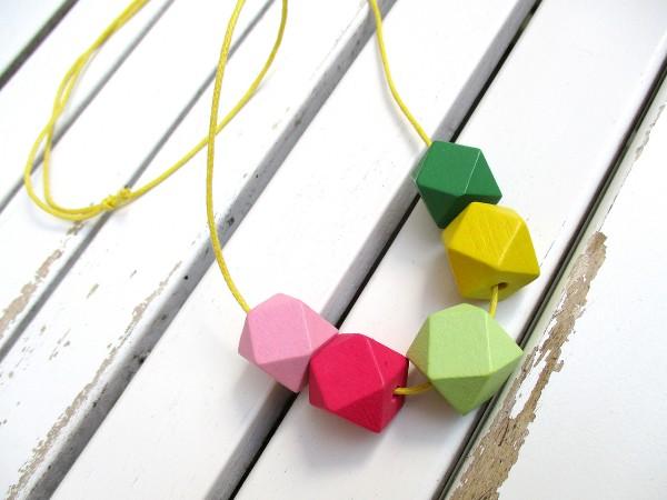 Halskette | Lange Bandkette | 5 Holzperlen, Vieleck, bunt