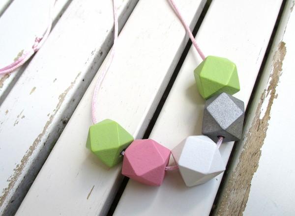 Lange Bandkette | 5 Holzperlen, Polygon, pastell auf Satinband | verstellbar