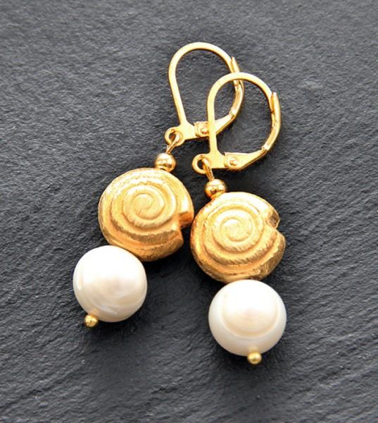 Ohrhänger | Süßwasserperlen | vergoldet gebürstete Schneckenspiralen