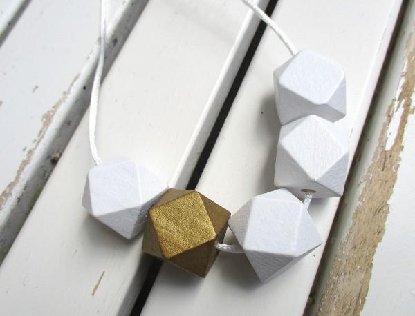Holzschmuck | Bandkette | 5 große Holzperlen, weiß & gold