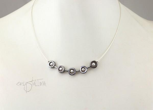 Drahtcollier Hämatit + Swarovski Perlen | grau + weiß